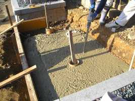 軟弱な地盤となっている墓地ではしっかりとした基礎工事を行います。
