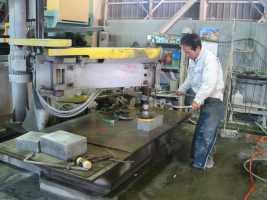 工場での磨き加工の様子。